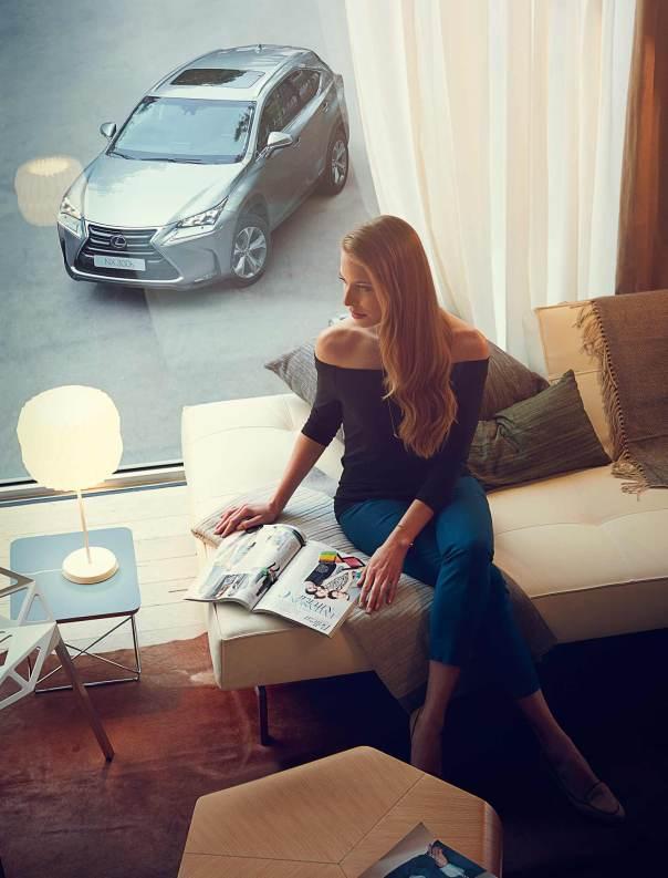 Vista superior de mujer leyendo con NX 300h aparcado en exterior