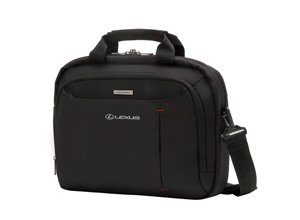 Vista frontal de maletín negro con logo bordado blanco