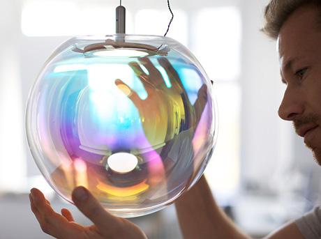 Käsinpuhallettu lasilamppu sateenkaaren väreissä kimaltelevalla pinnoitteella
