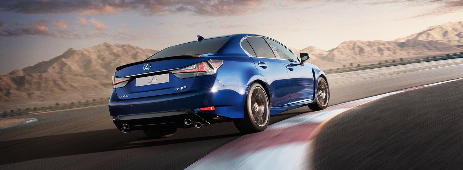 sininen Lexus GS F radalla