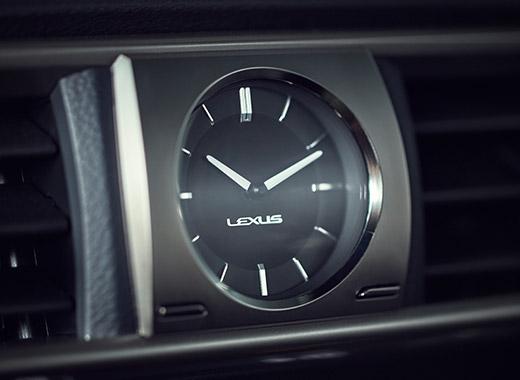 Lexus IS 300h Hybrid kojelaudan kello