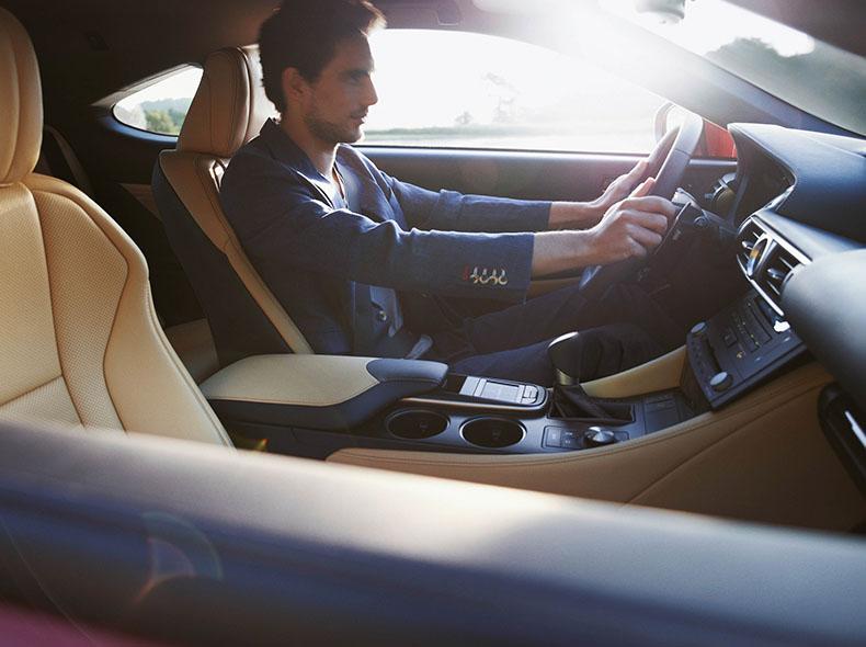 tyytyväinen Lexus RC 300h Hybrid kuljettaja