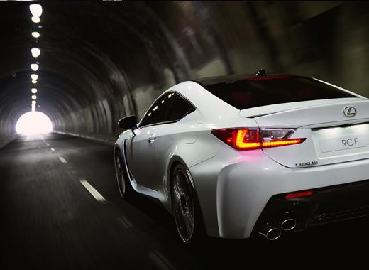 valkoinen Lexus RC F