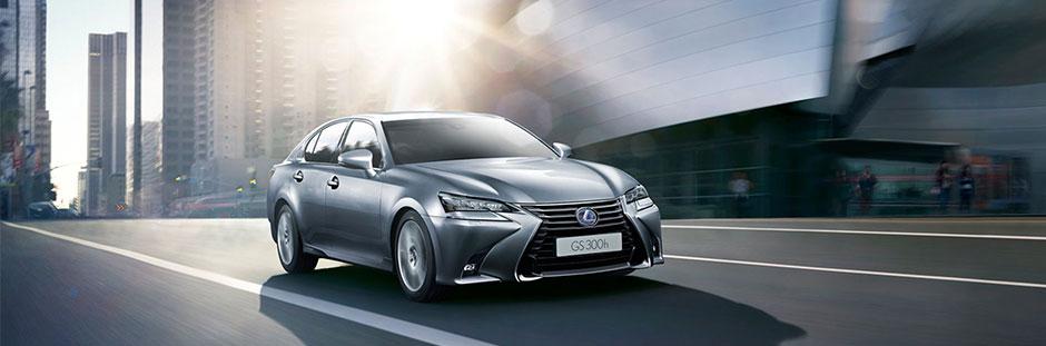 GS Hybrid 300h color argento su strada urbana
