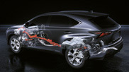Vista laterale di una Lexus con carrozzeria trasparente e parti meccaniche visibili su sfondo nero