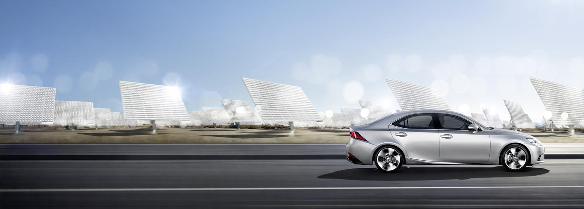 NX Hybrid 300h grigio chiaro su strada extraurbana Sullo sfondo dei pannelli solari