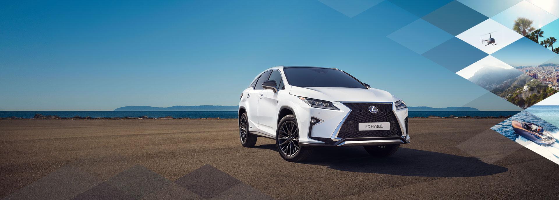 Vista frontale diagonale di un RX Hybrid bianco F SPORT parcheggiato su di una spiaggia