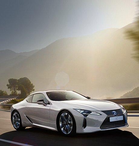 La nuova coupé LC Hybrid colore bianco su strada extraurbana
