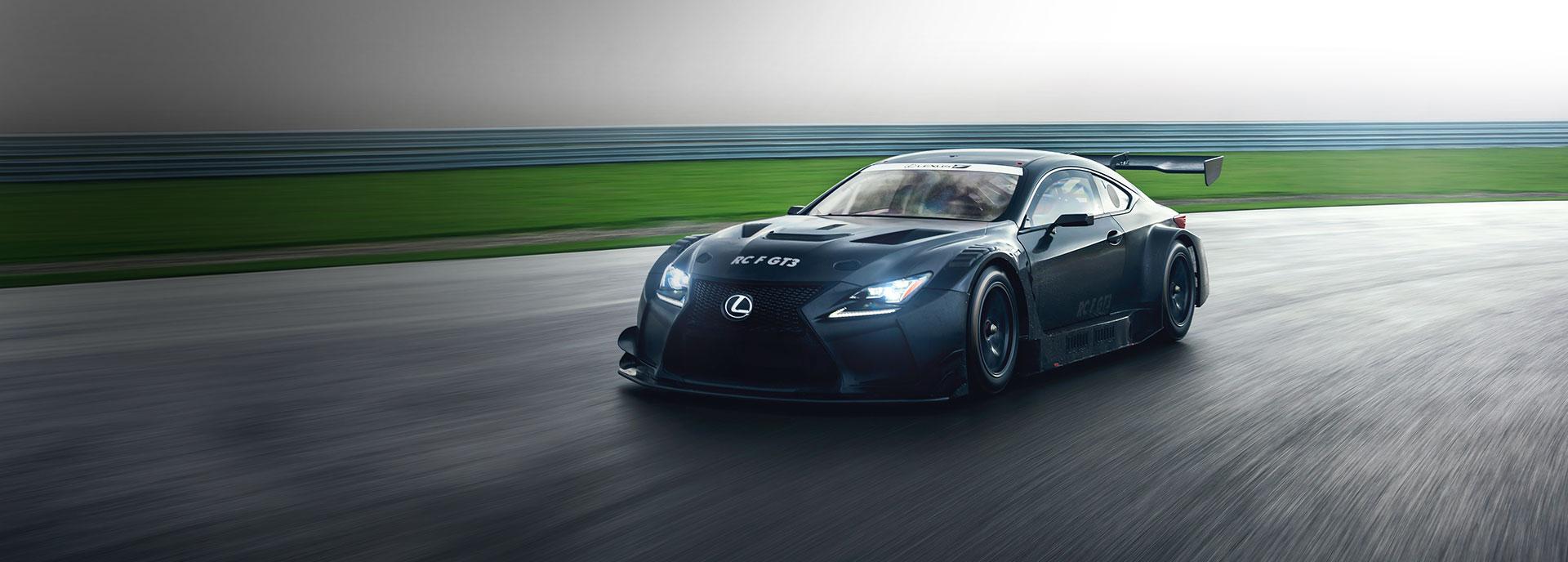 Vista frontale della RC F GT3 nera con spoiler assetto ribassato e alettone su circuito sportivo