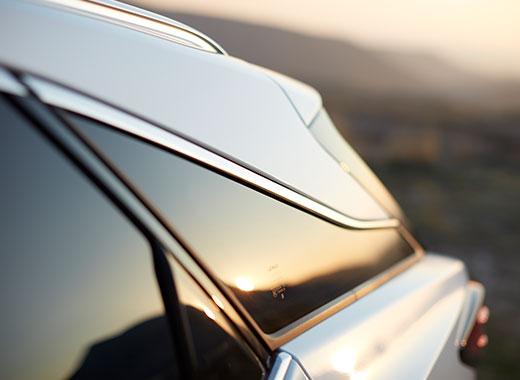 Dettaglio delle linee aerodinamiche e sinuose dello sportello posteriore sinistro di RX Hybrid