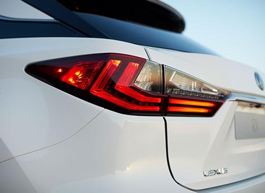 Dettaglio del gruppo luci posteriore sinistro di RX Hybrid con design netto e deciso