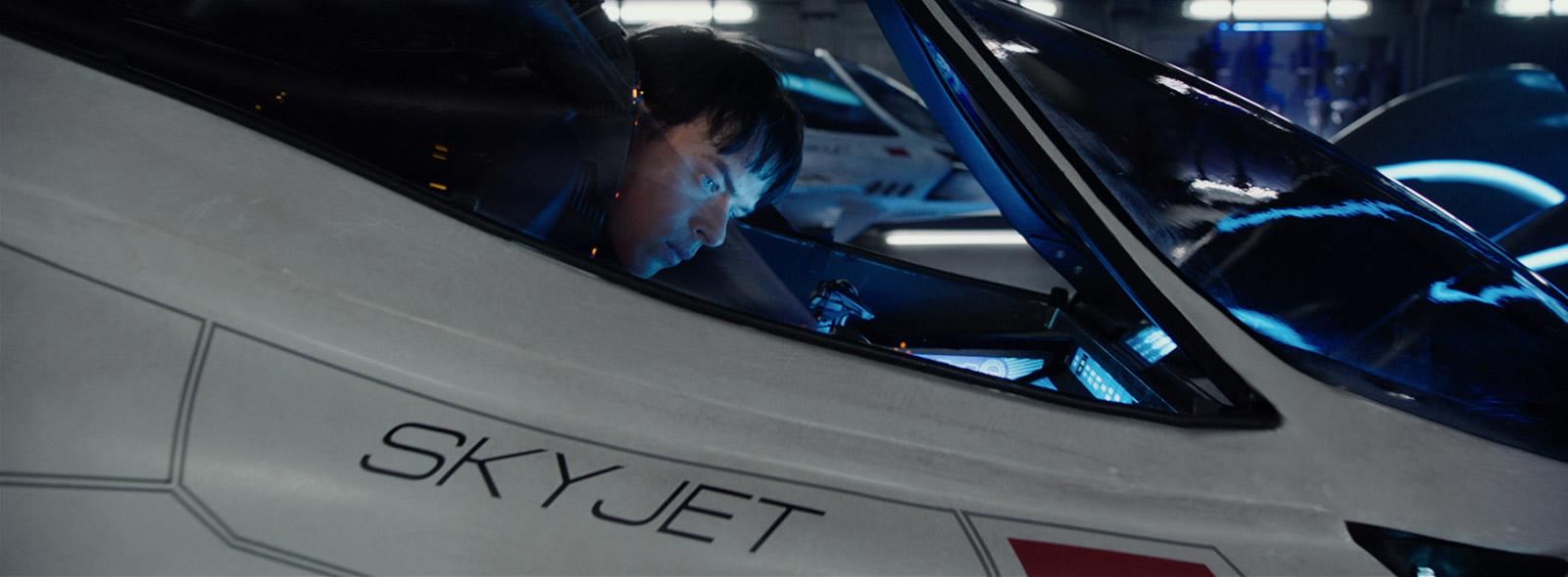 Dane DeHaan attore protagonista del film Valerian a bordo dello Skyjet