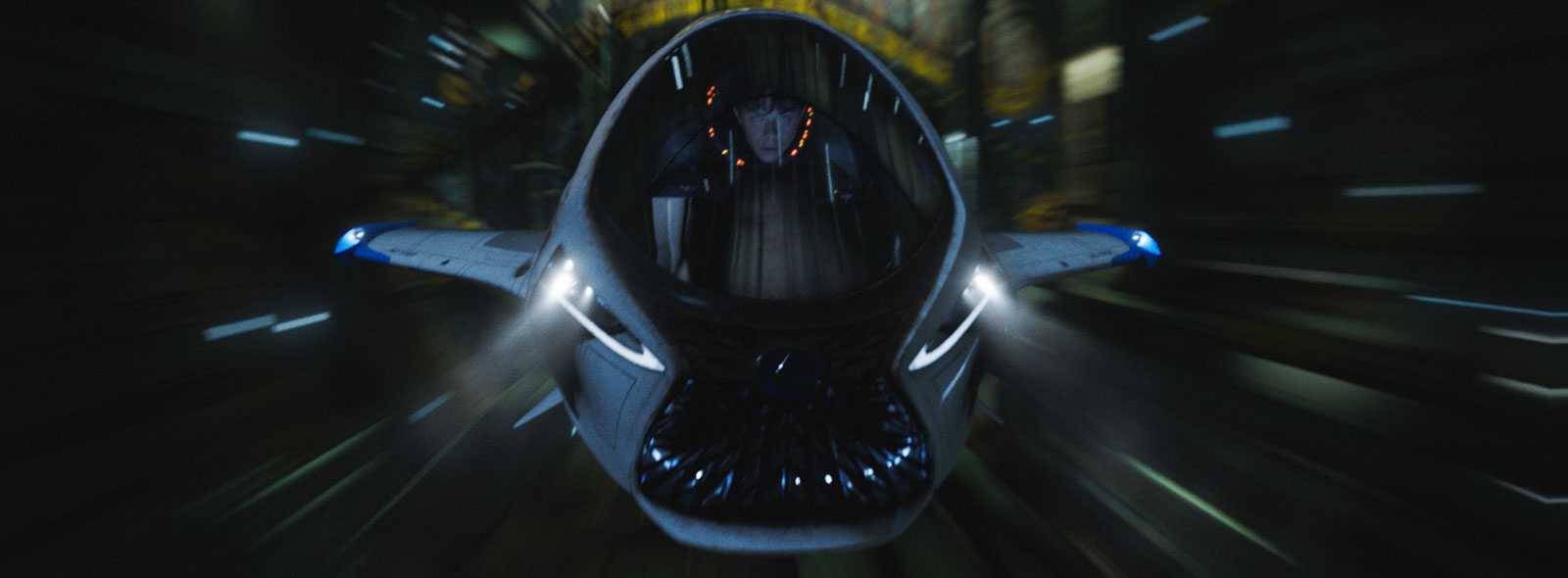 Vista frontale dello SkyJet che sfreccia nello spazio Al comando Dane DeHaan protagonista del film