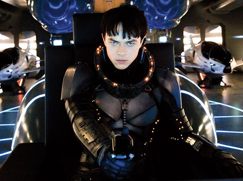 Dane DeHaan protagonista del film Valerian indossa una futuristica tuta spaziale