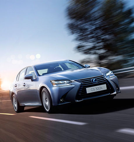 GS Hybrid 300h color argento in curva su strada al tramonto