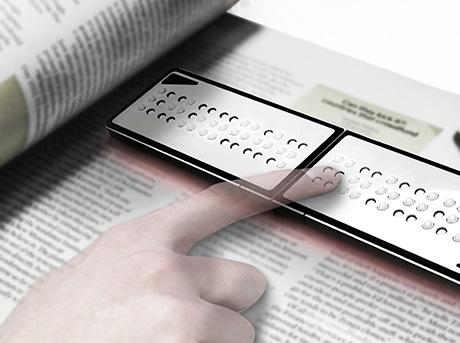 Un lettore Braille su di un libro