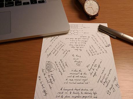 Un notebook e un foglio con appunti del progetto Mnote
