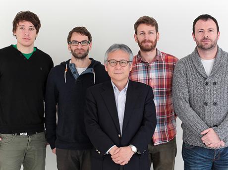 Il team del Mit Media Lab posa frontalmente per lo scatto con il professore Hiroshi Ishii