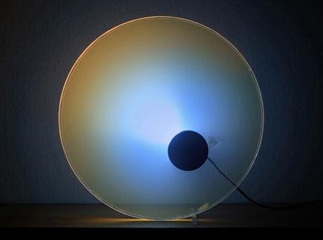 Lampada elettrica sferica che proietta luce su di un muro con vernice scura
