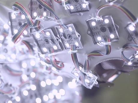 Insieme di sensori elettrici che ricoprono una superficie in plastica