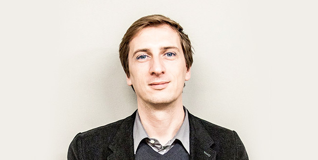 Philippe Nigro Il designer è in posa frontale su sfondo bianco neutro