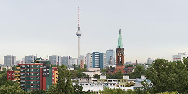 Scorcio delle cime di palazzi a Berlino con la torre di Alexanderplatz sullo sfondo