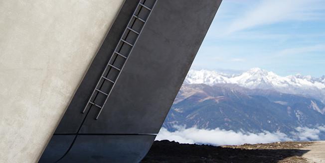 In primo piano particolare di una struttura architettonica con delle montagne innevate sullo sfondo