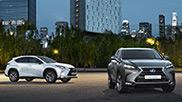 Due NX Hybrid grigio scuro e bianco e sullo sfondo alcuni grattacieli