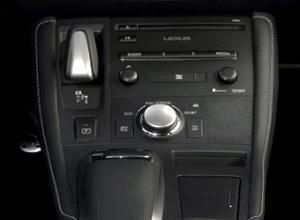 Plancia comandi centrale di CT Hybrid Black Street con dettaglio del cambio automatico