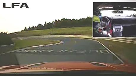 La curva di un circuito sportivo ripresa dall interno dell abitacolo di una Lexus