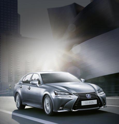 La berlina GS Hybrid 450h grigio scuro e palazzi moderni sullo sfondo