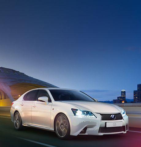GS Hybrid bianca con fari accesi su sfondo serale