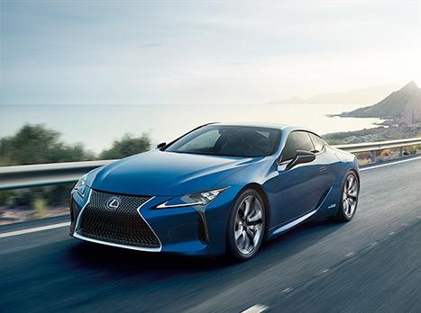NX Hybrid blu e cerchi in lega su strada extraurbana