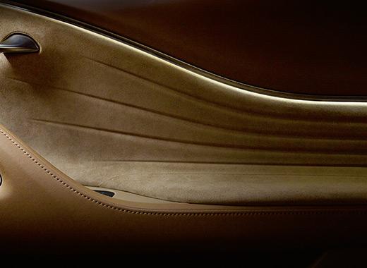 Dettaglio del rivestimento interno in ocra per il poggiamano sinistro della nuova LC