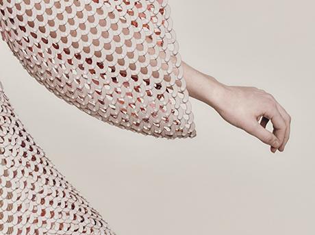 Dettaglio manica di un abito in maglia di colore rosa cipria