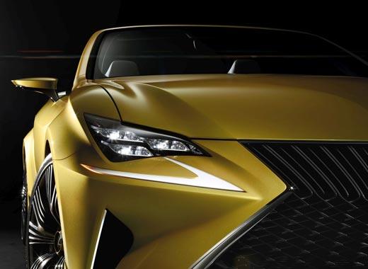Dettaglio faro del concept Lexus LF C2 colore giallo ocra