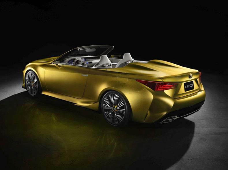 Vista diagonale posteriore lato sinistro del concept Lexus LF C2 giallo ocra