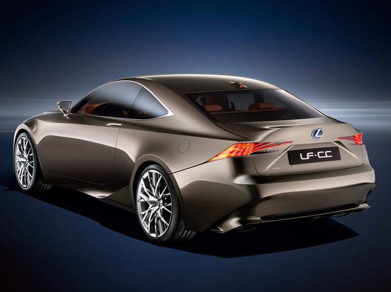 Vista diagonale posteriore lato sinistro della concept coupè LF CC Full Hybrid