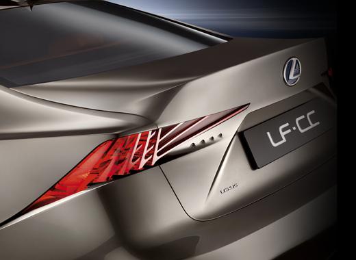 Dettaglio posteriore faro e logo Lexus della concept coupè LF CC Full Hybrid