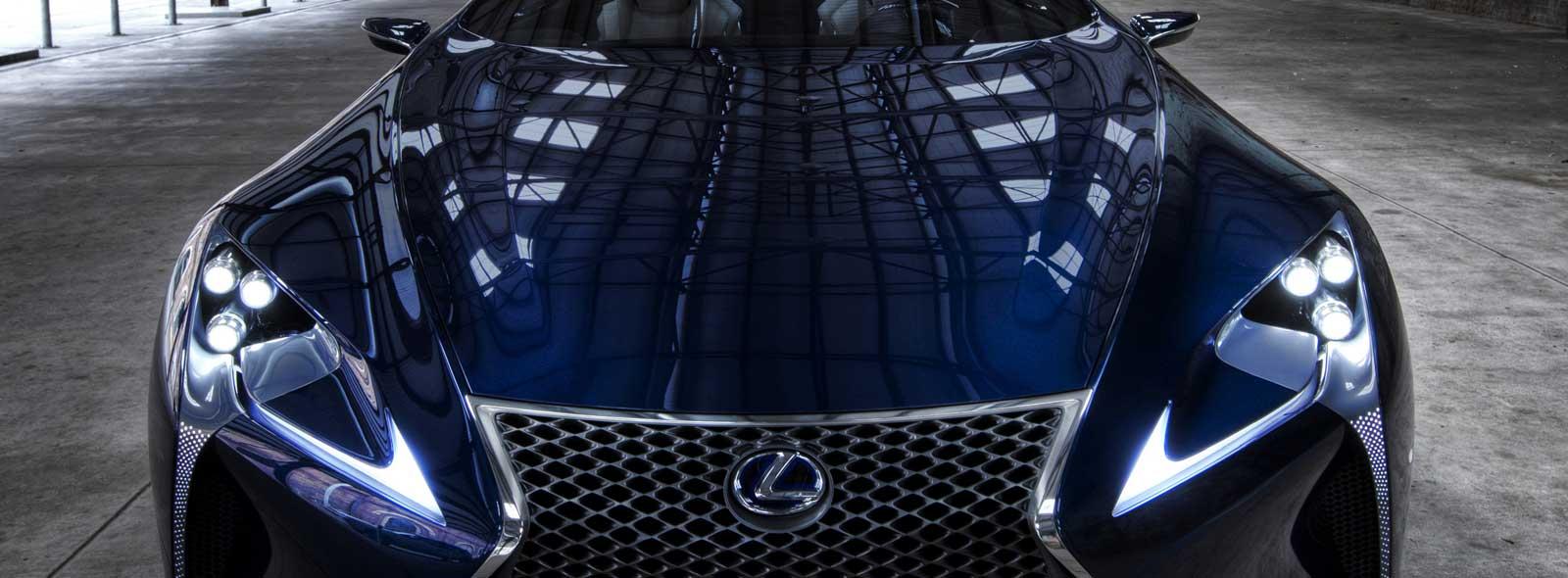 Vista frontale del coupé ibrido sportivo LF LC colore blu