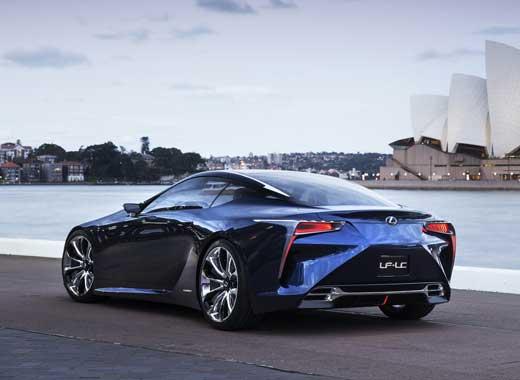 Vista posteriore lato sinistro del coupé ibrido sportivo LF LC colore blu