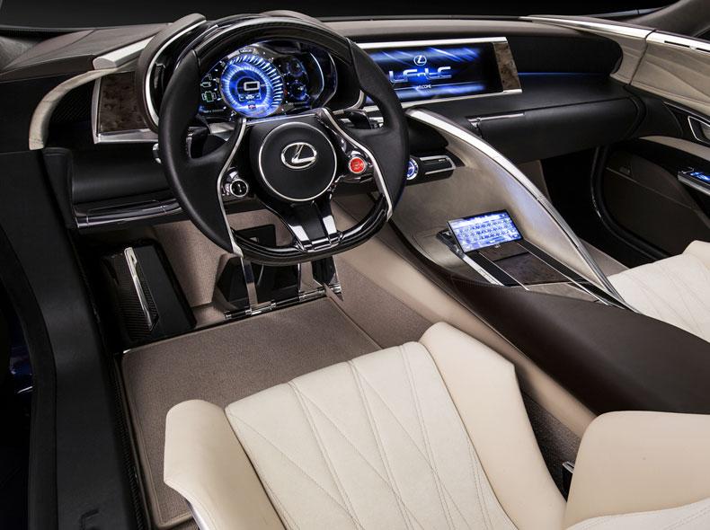 Dettaglio sedili in pelle e volante con logo Lexus del coupè LF LC