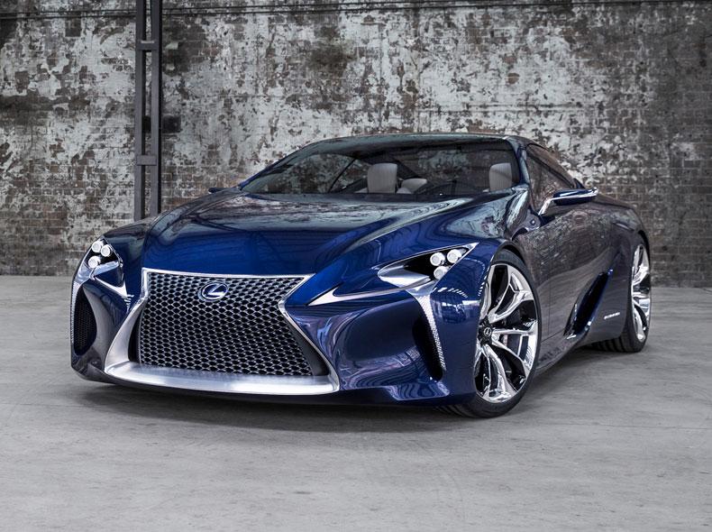 Vista diagonale frontale del coupé ibrido sportivo LF LC colore blu