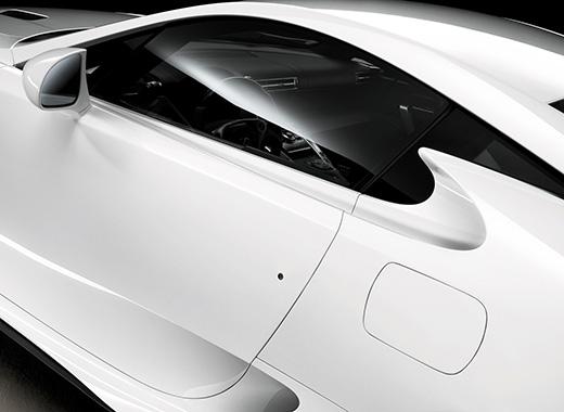 Vista laterale dello sportello anteriore sinistro della LFA colore bianco