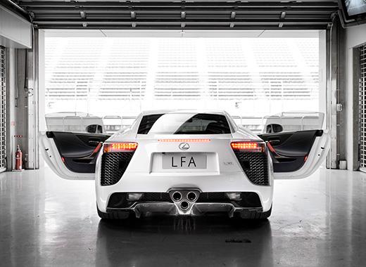 Vista posteriore della LFA colore bianco con sportelli anteriori aperti in un garage