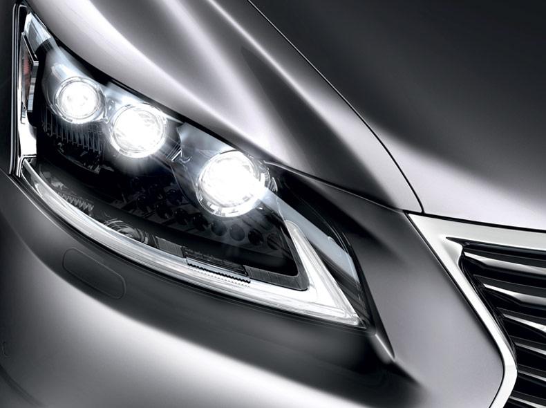 Dettaglio faro anteriore destro di Lexus LS Hybrid colore argento