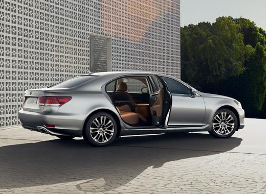 LS Hybrid colore argento con porta posteriore destra aperta e sullo sfondo edificio e alberi