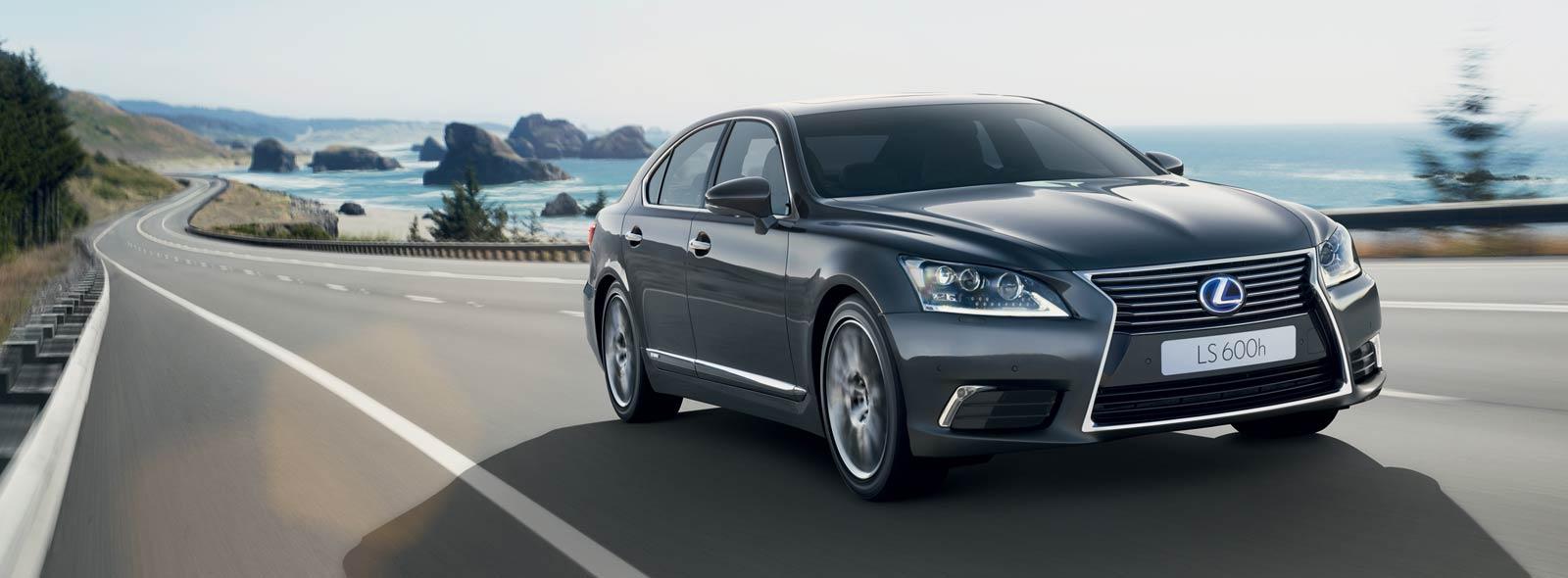 Lexus LS Hybrid colore grigio scuro mentre percorre una strada costiera