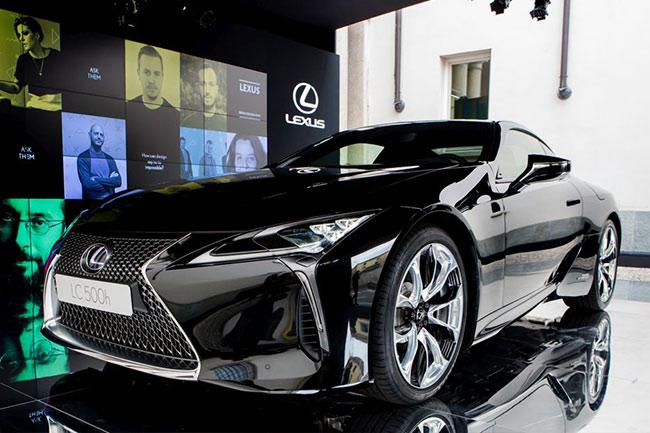 Frontale della nuova LC colore nero allo stand Lexus presso i Brera Design Days di Milano