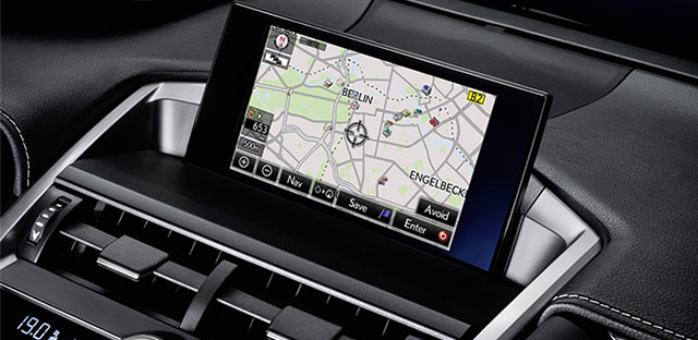 Inquadratura ravvicinata del display del Lexus Navigation montato su NX Hybrid Icon